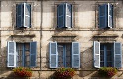 Blauwe de venstersbloemen Brantome Frankrijk van de voorzijde Stock Foto