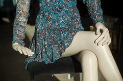 blauwe de zomerkleding op ledenpopbenen kleinhandels in de toonzaal van de manieropslag voor vrouwen stock afbeeldingen