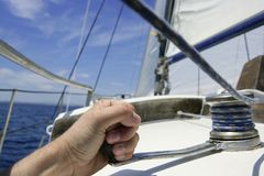 Blauwe de zomerwater en hemel in een zeilboot Stock Afbeelding
