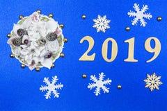 Blauwe decoratieve achtergrond met nieuw-jaardecoratie en geel royalty-vrije stock afbeelding