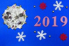 Blauwe decoratieve achtergrond met nieuw-jaardecoratie en rood fig. royalty-vrije stock afbeeldingen