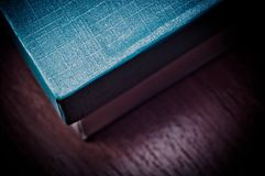 Blauwe dekkingsvakje dichte omhooggaand op de houten lijst Stock Fotografie