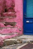 Blauwe deur dichtbij roze treden Stock Afbeelding
