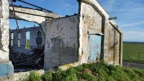 Blauwe deur op fabrieksruïnes Royalty-vrije Stock Afbeeldingen