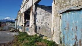 Blauwe deur op fabrieksruïnes met MT-taranaki op achtergrond Royalty-vrije Stock Foto