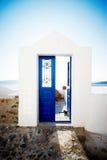 Blauwe deur op Santorini Stock Afbeeldingen