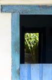 Blauwe deur oud van het koloniaal-stijlhuis Stock Foto