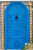 Blauwe deuren en witte muur van het inbouwen van Sidi Bou Said Stock Foto