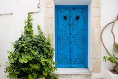 Blauwe deuren en witte muur van het inbouwen van Sidi Bou Said Royalty-vrije Stock Fotografie