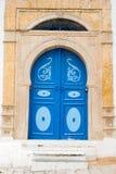 Blauwe deuren en witte muur van het inbouwen van Sidi Bou Said, Tunesië Royalty-vrije Stock Foto