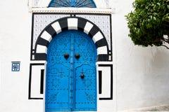 Blauwe deuren en witte muur van het inbouwen van Sidi Bou Said, Tunesië Stock Foto's