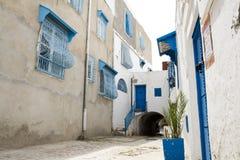 Blauwe deuren, venster en witte muur van het inbouwen van Sidi Bou Said Royalty-vrije Stock Foto