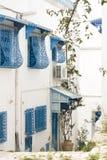 Blauwe deuren, venster en witte muur van het inbouwen van Sidi Bou Said Stock Fotografie