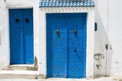 Blauwe deuren, venster en witte muur van het inbouwen van Sidi Bou Said Stock Afbeelding
