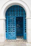 Blauwe deuren, venster en witte muur van het inbouwen van Sidi Bou Said, Stock Foto's