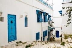Blauwe deuren, venster en witte muur van het inbouwen van Sidi Bou Said, Stock Fotografie