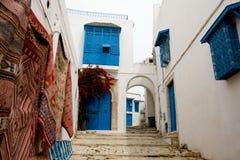 Blauwe deuren, venster en witte muur van het inbouwen van Sidi Bou Said Stock Foto's