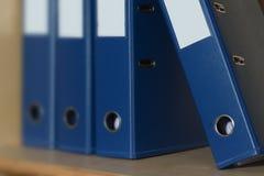 Blauwe dichte omhooggaande bureauomslag in de kabinetten Royalty-vrije Stock Foto