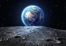 Blauwe die aarde van de maanoppervlakte wordt gezien