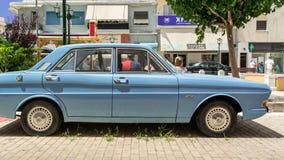 Blauwe die autodoorwaadbare plaats ergens in Argostoli, Kefalonia, Griekenland wordt geparkeerd stock foto