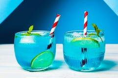 Blauwe die cocktails met citroen worden verfraaid Stock Afbeeldingen