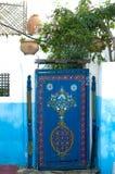 Blauwe die deur met oosters patroon, Kasbah wordt geschilderd van Udayas in Rabat, Marokko royalty-vrije stock fotografie