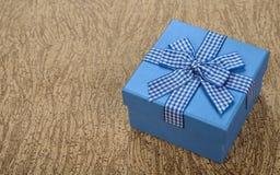 Blauwe die doos met lint wordt verfraaid Royalty-vrije Stock Afbeeldingen