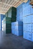 Blauwe die dozen omhoog van in pakhuis worden opgestapeld stock foto