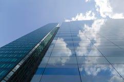 Blauwe die hemel in de glasbouw wordt weerspiegeld Royalty-vrije Stock Afbeelding