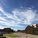 Blauwe die hemel door wolken wordt geschilderd Royalty-vrije Stock Afbeeldingen