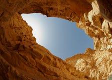 Blauwe die hemel van de bodem van een woestijncanion wordt gezien royalty-vrije stock fotografie