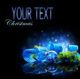 Blauwe die Kerstmis en Nieuwjaardecoratie op zwarte achtergrond wordt geïsoleerd Stock Afbeeldingen