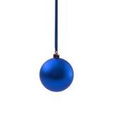 Blauwe die Kerstmisbal op wit Nieuwjaar wordt geïsoleerd als achtergrond Stock Afbeelding