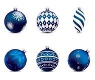 Blauwe die Kerstmisballen op achtergrond worden geplaatst Stock Foto