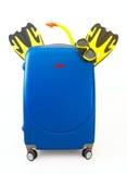 Blauwe die koffer aan Vakantie op wit wordt ingepakt stock foto's