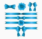 Blauwe die Lint en Boog voor de Giftdoos van Verjaardagskerstmis wordt geplaatst rea Royalty-vrije Stock Afbeeldingen