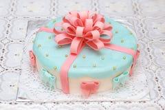 Blauwe die mastiekcake met roze linten, close-up wordt verfraaid Royalty-vrije Stock Afbeelding