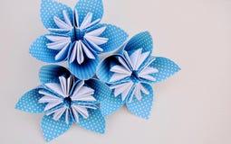 Blauwe die origamibloemen van polka gestippeld document worden gemaakt Stock Foto's