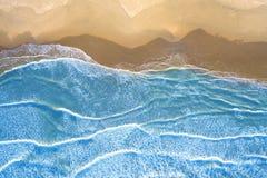 Blauwe die overzees bij het strand hierboven wordt gezien van stock afbeelding