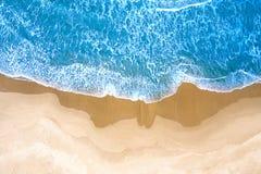Blauwe die overzees bij het strand hierboven wordt gezien van royalty-vrije stock afbeeldingen