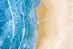 Blauwe die overzees bij het strand hierboven wordt gezien van stock foto