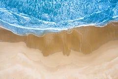 Blauwe die overzees bij het strand hierboven wordt gezien van stock fotografie