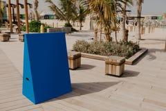 Blauwe die raad voor tekst en ontwerp bij het strand wordt geplaatst - Beeld royalty-vrije stock foto's