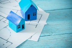 Blauwe document huizen op oude houten lijst stock foto