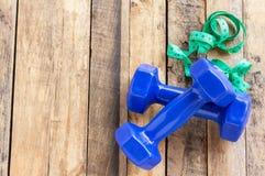 Blauwe domoor en het meten van band op houten lijst Stock Fotografie
