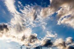 Blauwe dramatische hemel met wolken stock fotografie