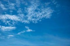 Blauwe duidelijke hemel voor achtergrond en textuur Stock Afbeeldingen