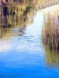 Blauwe duidelijke waterachtergrond Royalty-vrije Stock Afbeeldingen