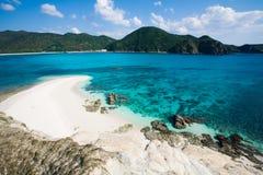 Blauwe duidelijke wateren van Japans tropisch eiland royalty-vrije stock afbeeldingen
