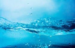 Blauwe duidelijke waterplons Stock Foto's